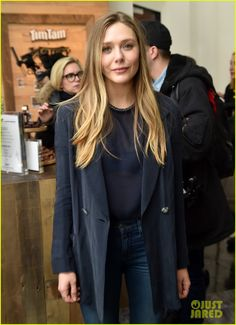 Elizabeth Olsen & Jeremy Renner Bring 'Wind River' to Sundance Photo Elizabeth Olsen made the press rounds at the 2017 Sundance Film Festival this weekend. The actress premiered her latest film Wind River alongside… Olsen Sister, Elizabeth Olsen Scarlet Witch, Professional Wardrobe, Ashley Olsen, Role Models, Hair Models, Celebrity Style, Autumn Fashion, Celebs