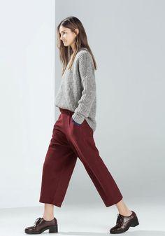 pantaloni color rosso bordo' cadenti sul corpo