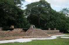 De oudste Joodse synagoge in Suriname is de historische Bracha v 'Shalom Synagoge (Zegen en Vrede in het Hebreeuws) in de Jodensavanne. De synagoge werd
