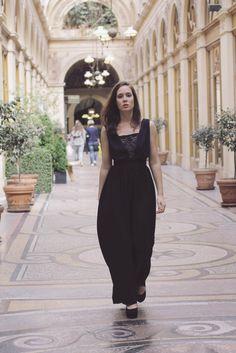 Robe BALINE, robe de soirée longue, en crepe noire, bretelles larges, triangle de dentelle dans le decolleté, ceinture taille, jupe longue Styliste modéliste: Agathe Paris http://www.agathe-paris.com/ Photographe: Emmanuelle Sits: http://www.emmanuellesits.com/ Modèle: Anais Launay