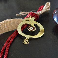 Ένα μπρούτζινο ρόδι σφυρήλατο με ένα μάτι στη μέση και είναι δεμένο με κόκκινο κορδόνι. Washer Necklace, Charms, Greek, Christmas Gifts, Diy, Jewelry, Xmas Gifts, Christmas Presents, Jewlery