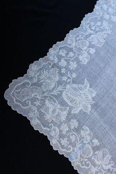 "Fichu/halsdoek. 1850/1900. Driekanten halsdoek, "" Fichu"" genoemd. ( ondergrond linnen mousseline of neteldoek) Dresdner borduurwerk White Embroidery, Embroidery Patterns, Embroidery Stitches, Drawn Thread, Linens And Lace, I Dress, Stitching, 18th, Shawl"