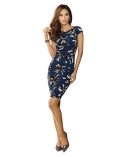 Das Etuikleid aus der Design-Linie WHITE von ALBA MODA ist allover mit schönen Blütenmotiven bedruckt – ein perfektes Kleid für jeden Tag und den ganz besonderen Anlass! Weiterer modischer Blickfang ist die elegante Raffung an der linken Seite. Die überschnittenen kurzen Ärmel, der U-Boot-Ausschnitt und der kurze Gehschlitz hinten mittig verleihen diesem trageannehmen gefütterten Kleid eine som...