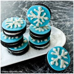 Use this step-by-step tutorial to make easy snowflake cookies with Oreos and white chocolate. Easy for kids to make and great for winter wonderland parties.
