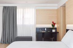 Escritorio de trabajo visto desde la zona de dormitorio de la habitación piloto del nuevo hotel del Grupo Hotusa en la Ronda Universitat de Barcelona