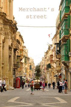 La Valette fut un gros coup de coeur à Malte, comme Vittoriosa. La Merchant's street est toujours animée avec ses cafés et ses badauds ... #voyagercpartager