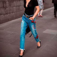 Uma grande vantagem da calça jeans é que ela nunca sai de moda, ou seja, é aquele investimento que você não vai se arrepender de ter feito. Sem contar que os pontos a favor dela são inúmeros: é con…
