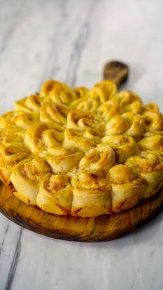 Arrase na cozinha e surpreenda seus amigos com essa torta de pão com presunto e queijo.
