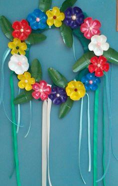πρωτομαγιατικο στεφανι με λουλουδια απο πατους πλαστικων μπουκαλιων