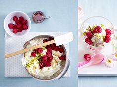 lecker.de: Frozen Joghurt mit zweierlei Topping - so geht's - frozen-joghurt-himbeer  Rezept