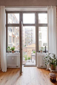 Blick vom Arbeits-/Kinderzimmer zum Balkon