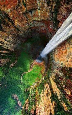 Photo de travelingcolors.tumblr. com Le Salto Ángel ou Kerepakupai Vená est la plus haute chute d'eau du monde, avec une hauteur de 979 m. Venezuela