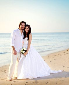 Gorgeous Amsale wedding dress for a beach wedding worn by country singer Jake Owen's wife Lacey Buchanan.