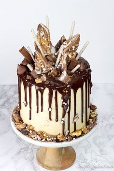 How to make a Chocolate drip cake (with all the tips and tricks you'll need) - Simple Indeed Chocolate Drip Cake, How To Make Chocolate, Chocolate Ganache, Creative Cake Decorating, Creative Cakes, Drip Cake Recipes, Fun Desserts, Dessert Recipes, 21st Cake