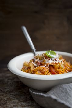 Fenkoli-tomaattikastike bataattispagetille