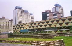 Clásicos de Arquitectura: Conjunto Habitacional Nonoalco Tlatelolco,Ruinas y edificación en tercera sección de Tlatelolco. Image vía correlavoz.mx