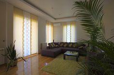 Salón con paneles japoneses de  distintos colores