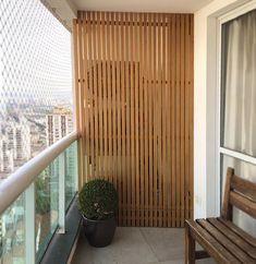 Pared de madera para camuflar el aire acondicionado