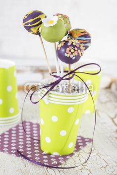 Cake Pops lila und grün im Becher