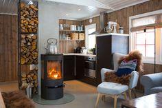 Randi Moseid synes det er helt greit at hytta ikke har innlagt vann. Lake Cabins, Cottage Interiors, My Dream Home, Living Spaces, Modern Design, Home Appliances, Wood, Inspiration, Home Decor