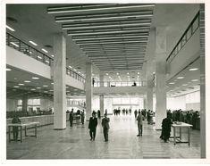 Edificio Banco de Bogotá, vista del Hall hacia el acceso principal / Paul Beer / 1954 / Colección Museo de Bogotá: MdB 24720 / Todos los derechos reservados