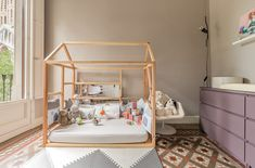 Exotische babyspeelkamer Bedroom For Girls Kids, Vintage Crib, Decorative Accessories, Toddler Bed, Furniture, Home Decor, Bedroom Ideas, Barcelona, Amazing