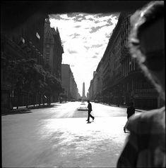 Diagonal Norte. Fotografía de Annemarie Heinrich. Sin fecha, pero posiblemente principios de los años 50. White Photography, Street Photography, Vanishing Point, Monochrome, In This Moment, Urban, Spaces, York, Play