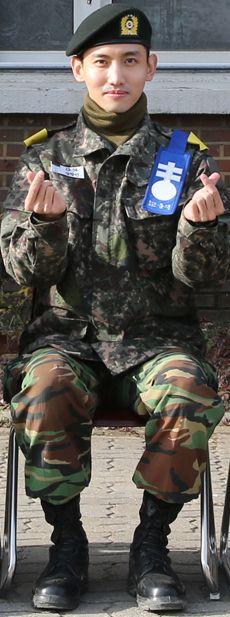 TVXQ in Pocket : 【写真:チャンミン】論山訓練所での写真公開(指で♡を作って写真に収まるシム訓練兵)