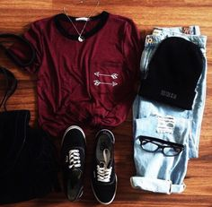 Striped cotton t-shirt, ripped light blue jeans, black canvas tennis and black knitted cap