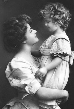 Mother and Child - vintage photo, Mother's love shinning in this photograph. Vintage Abbildungen, Images Vintage, Photo Vintage, Looks Vintage, Vintage Roses, Vintage Pictures, Vintage Beauty, Old Pictures, Vintage Postcards