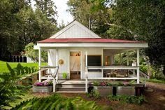 Как приятно хоть изредка выбираться на природу! Сегодня мы рассмотрим совсем уж крошечный деревенский домик площадью 36 квадратных метров, в котором есть всё необходимое для отдыха.  На входе нас вст…