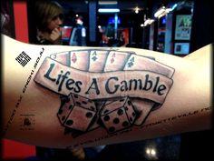 Lifes A Gamble Bandeira E Dice tatuagens em Bíceps