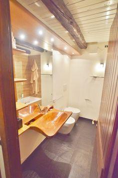 bagno di montagna con rivestimento docciavasca con doghe di gres porcellanato effetto legno by