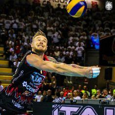 """""""Mi piace"""": 855, commenti: 20 - SIR Safety Perugia Volley (@sirsafetyperugia) su Instagram: """"#RCD: domanda facile facile, ma vediamo in quanti sarete a rispondere. Questa foto di Ivan…"""""""