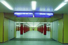 Volt idő, amikor még a hármas metró is nagyon menő volt. A piros gömbökben elhelyezett tévék (emlékszik még rá valaki, hogy vajon mire voltak jók?) simán megállták volna a helyüket akár a Pirx kalandjaiban is. S hogy miért pont ezt a két megállót jelölik a kék táblák a Klinikáknál? Mert az 1976-os átadáskor ezek voltak a végállomások. Metroid, Hungary, Budapest, Childhood Memories, Neon Signs, Design