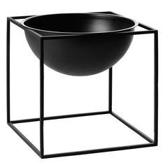 Kulho, iso. Teräksisessä kulhossa on näyttävä neliön muotoinen teräsjalusta, jossa puolipallon muotoinen kulho lepää.   Valmistaja By Lassen Design Mogens Lassen Koko 23 cm x 23 cm Materiaali Maalattu teräs Väri Musta