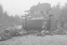 Prääsä-Petroskoi maantie. Tuhottu panssarivaunu ja sen miehistö.