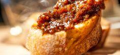 Een moord doen we ervoor, een pot home made bacon jam. Jam? Van bacon? Yes. een smeersel dat tegelijkertijd smoky, zoet, en spicy is.