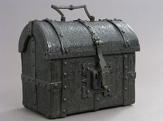 Coffret Complete inscription: O mater dey, memento mey ave benedictus jesus dirupicti (?) domine vinculas mea tibica cristi cabo (?) octia (?) laudis et nome domini vocabo Date: late 15th–16th century Culture: French Medium: Cuir bouilli (tooled leather), iron fittings, wood core Dimensions: Overall: 6 1/2 x 7 5/8 x 4 1/2 in. (16.5 x 19.4 x 11.4 cm)