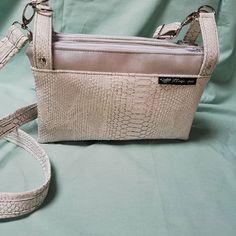 ploqi pic sur Instagram: sac à main pratiques et compact. C'est trois compartiments vous permettront de retrouver facilement et rapidement vos affaires. Fait main…