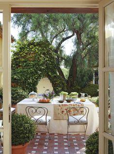 Quase um conto de fadas. Veja: http://casadevalentina.com.br/blog/detalhes/quase-um-conto-de-fadas-2921 #decor #decoracao #interior #design #casa #home #house #idea #ideia #detalhes #details #charm #charme #style #estilo #casadevalentina #diningroom #saladejantar
