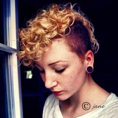Chic Pixie Haircuts: Easy Short Hairstyle For 2018 - Fashionre Blonde Pixie Cuts, Blonde Curly Hair, Curly Hair Cuts, Short Curly Hair, Curly Hair Styles, Curly Pixie, Pixie Mohawk, Curly Mohawk, Red Hair