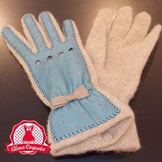 Guante de punto en crema, adornado en cuero azul con lunares en crema al tono. Muy calentito para el invierno #guantes #fashion #retro  #azul #blanco #crema #almacoqueta #leonesp #invierno #piel #cuero #lazo #lunares