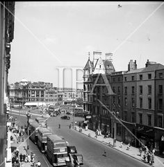 Westmorland St looking at O'Connell Bridge Ireland Pictures, Old Pictures, Old Photos, Ireland Homes, Buses, Old And New, Dublin, Bridge, Street View