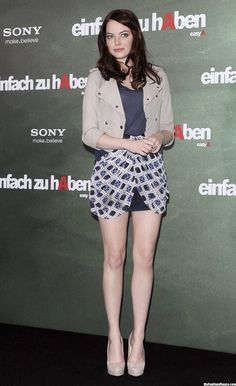 Emma Stone leggy as she poses during the photocall of her latest movie Easy A in Berlin - Hot Celebs Home Emma Stone Age, Emma Stone Style, Beautiful Celebrities, Beautiful Actresses, Estilo Emma Stone, Ema Stone, Actress Emma Stone, Sexy Legs, Celebrity Outfits