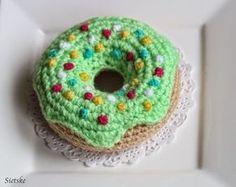 Sietske's Hobby's: #haken, gratis patroon, Nederlands, amigurumi, gebak, eten, voedsel, Donut, decoratie, #haakpatroon Crochet Cake, Crochet Fruit, Crochet Food, Love Crochet, Diy Crochet, Crochet Dolls, Crochet Flowers, Crochet Ideas, Crotchet Animals