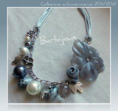 Barbijoux: Gardenia grande grigia in resina, rosellina in feltro con perle di vetro e cristalli