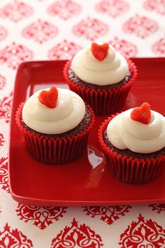 Treat your sweetheart to Banana Red Velvet Cupcakes this Valentine's Day. The nostalgic taste of red velvet cupcakes is made extra moist and rich with the addition of fresh bananas. Banana Cupcakes, Red Velvet Cupcakes, Velvet Cake, Moist Cupcakes, Chocolate Cupcakes, Yummy Treats, Delicious Desserts, Sweet Treats, Yummy Food