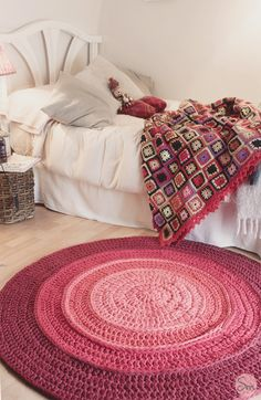 The round crochet rug is a versatile craft that you can make to decorate your home or even to sell and complement your income. Crochet Diy, Crochet Home, Love Crochet, Crochet Rugs, Yarn Projects, Crochet Projects, Crochet Carpet, Square Blanket, Round Rugs