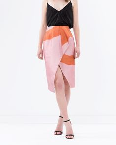 ~ statement ~ Ensure your wardrobe stands out from the crowd, invest in statement pieces like The Torn Drape Skirt. Style it with a simple camisole or pair it with the matching cropped top. Available via @theiconicau #talulahlabel #theiconic #statementpiece #skirt #fashion
